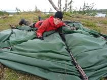 Pia tar ned tältet i blåsväder vid Tärnasjöarna.10 juli