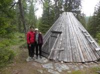 Pia och Synnöve vid kåtaplatsen i Fatmomakke