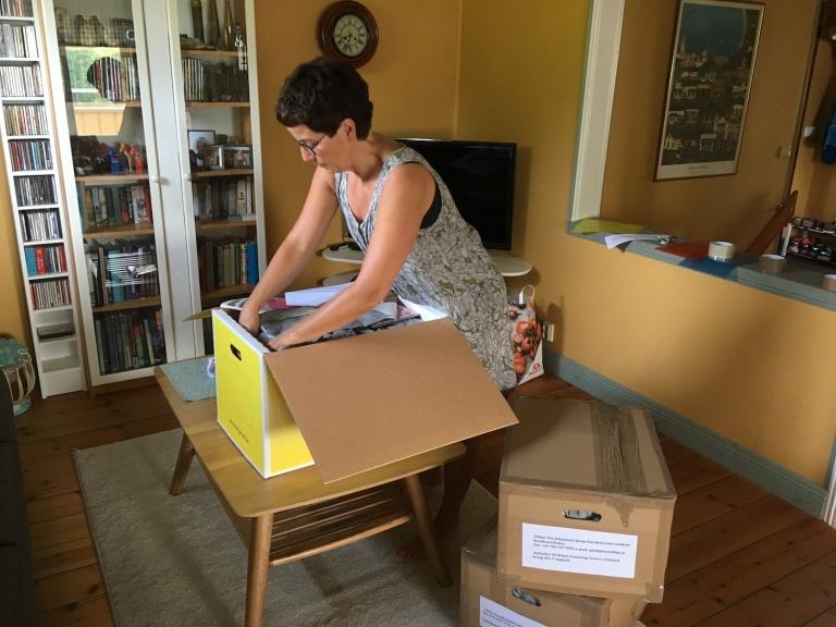 Pia packar proviantlådor_liten